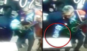 Músico ambulante es captado robando en restaurante de Chosica