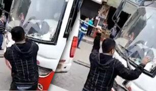 Cobrador de combi rompe con fierro el espejo retrovisor de otra unidad