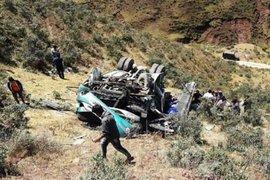 Áncash: al menos 15 personas murieron al caer ómnibus a un abismo