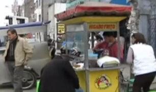 Autos mal estacionados y ambulantes impiden el libre tránsito frente al hospital Almenara
