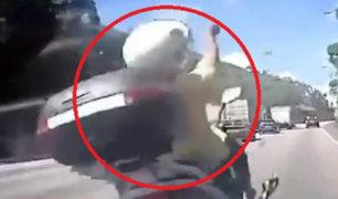 Hong Kong: motociclista sobrevive a impacto tras adelantar a vehículo