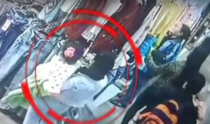 """Ate Vitarte: cámara capta a """"tenderas"""" robando con un bebé en brazos"""