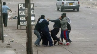 Ate: joven casi fallece en canal de regadío al huir de delincuentes