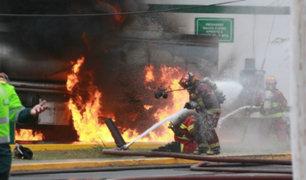 Camión cisterna lleno de combustible se incendia frente a hospital del niño