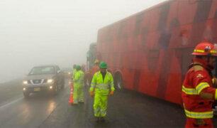 Buses chocan en la variante de Pasamayo por densa neblina