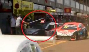 Brasil: auto de carreras pierde el control y arrolla a tres mecánicos