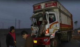 Panamericana Sur: hombre resulta herido tras aparatoso choque de camiones