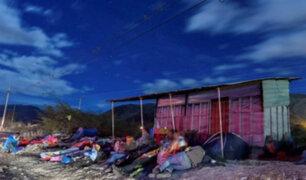 Venezolanos pernoctan en carretera durante su travesía hacia Perú