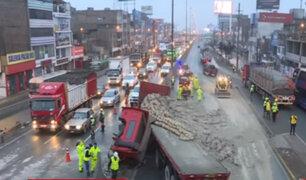 Toneladas de cemento quedaron desperdigados en la Panamericana tras accidente