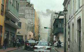 Jirón de la Unión: Bomberos intentan controlar incendio en conocida pollería