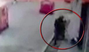Huaral: cámara capta violento asalto a una transeúnte