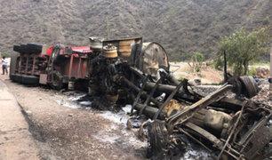 Abancay: chofer de camión cisterna murió carbonizado tras colisionar contra couster