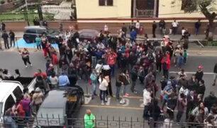 Venezolanos piden a gritos frente a su embajada regresar a su país