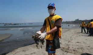 Venezolanos limpian playa Agua Dulce de Chorrillos