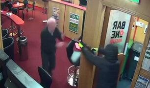 Irlanda: adulto mayor se enfrenta a tres asaltantes armados y los hace correr