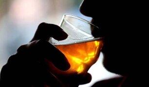 """SJM: un grupo de jóvenes beben licor en la puerta de su casa en """"Toque de queda"""""""