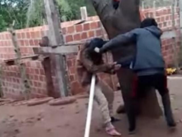 Argentina: hombre amenaza con machete a su esposa por intentar dejarlo