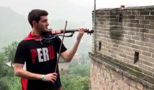 China: músico peruano toca el violín en la Gran Muralla