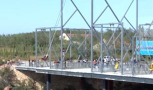 China: construyen columpio a 320 metros de altura al borde de un acantilado