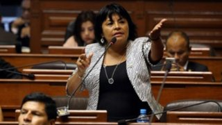 Congresista Esther Saavedra pierde los papeles y agrede a periodista en Tarapoto