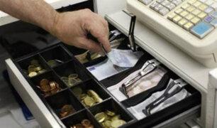 Pareja roba ganancias del día en tienda de jeans en Gamarra