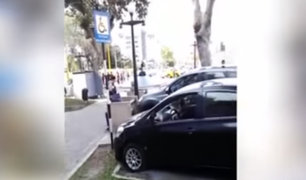 Miraflores: conductor parquea su auto y se queda dormido en espacio para discapacitados