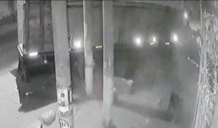 Trujillo: camión choca contra auto y casi atropella a cuatro personas