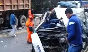 Cajamarca: combi impacta contra volquete y deja dos muertos