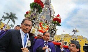 Presidente Vizcarra rinde homenaje y carga anda del Señor de los Milagros