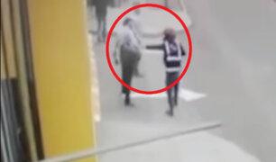 SJL: delincuente realiza asalto en la puerta de condominio