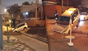 Camioneta cae en zanja realizada por Sedapal en San Borja