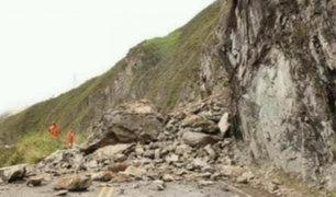 Junín: derrumbe de piedras y rocas bloquea tramo de la Carretera Central en Tarma