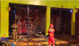 Casi 300 bomberos controlaron incendio en el Cercado de Lima