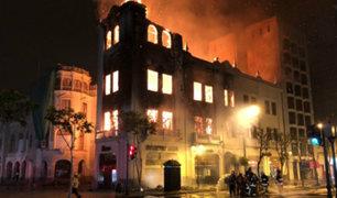 Incendio destruye conocido edificio en la Plaza San Martín