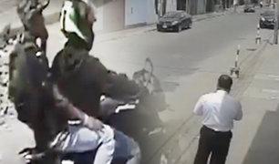 Trujillo: cámara capta violento asalto a transeúnte