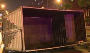 Cercado de Lima: Furgoneta se vuelca y deja dos heridos