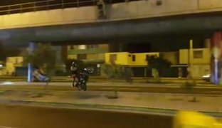 Motociclistas toman avenida de Surco para hacer piruetas