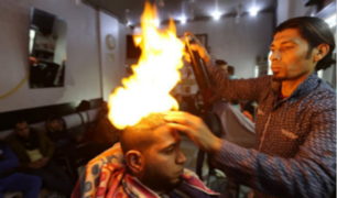 India: barbero que usa fuego para cortar cabello de sus clientes reveló sus íntimos secretos