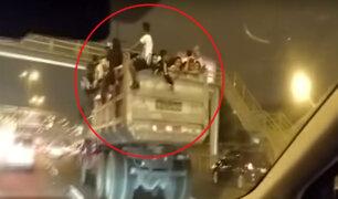 Panamericana Sur: hinchas viajan temerariamente en tolva de camión