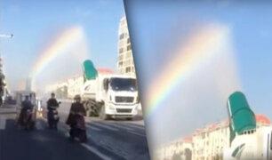 China: rociador de agua provoca la aparición de un arcoíris