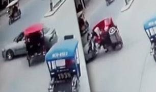 Jaen: mototaxi impacta aparatosamente contra un auto en céntrica avenida