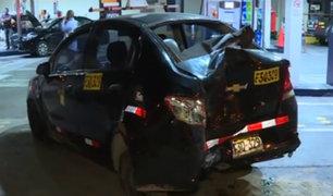 Cercado: conductor de miniván choca aparatosamente contra taxi