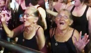 Anciana se divierte a lo grande en concierto realizado en Costa Rica