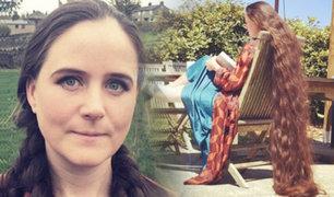 Inglaterra: mujer con cabellera de 2 metros de largo causa asombro