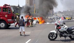 Auto se incendia frente a la Plaza Grau en el Cercado de Lima