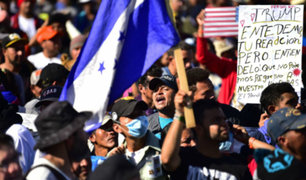 Cientos de migrantes buscan pasar la valla que separa México de Estados Unidos