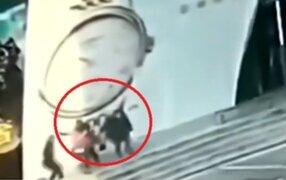 China: varias personas resultaron heridas tras caída de gigantesco panel