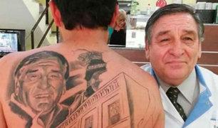 Médico le salvó la vida y le agradeció tatuándoselo en la espalda
