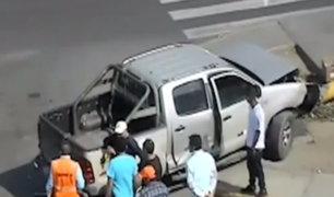 Chimbote: dos camionetas impactan aparatosamente y derriban poste de alumbrado público