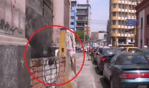 Transeúntes preocupados por estructura que es usada como ducha en plena calle